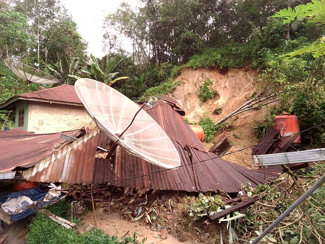 Akibat Longsor, 50 Rumah Rusak Tertimbun Material