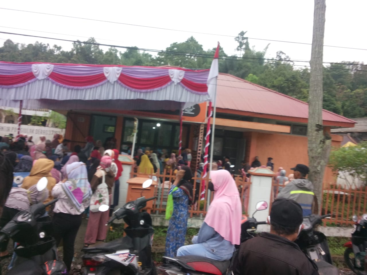 Warga Simpang Tutup Jadi Penonton Ditengah Bantuan Covid-19