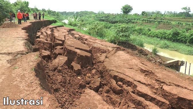 Link Jalan Siulak Deras – Sungai Betung Mudik Terancam Longsor & Kondisi Jalan Licin Berlobang