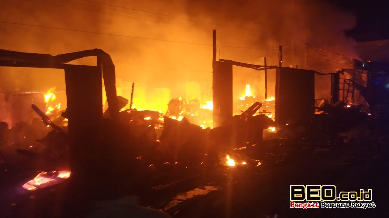 Puluhan Ruko Dilalap Si Jago, Water Cannon Polres Lebong Terjun Padamkan Api